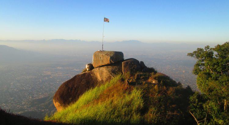 Bandeira do Brasil no alto da Pedra do Ponto